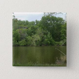 湖Lanscapeの前に休む魚釣りのポスト 5.1cm 正方形バッジ