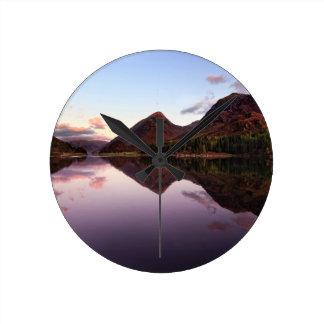 湖Leven、スコットランドの日没 ラウンド壁時計