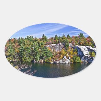 湖Minnewaskaのまわりの紅葉 楕円形シール
