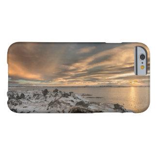 湖Myvatn、アイスランド上の日没 Barely There iPhone 6 ケース