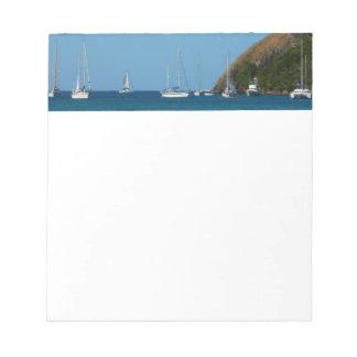 湾の白くおよび青の航海ののヨット ノートパッド