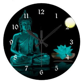 満月の下でめい想しているティール(緑がかった色)仏 ラージ壁時計