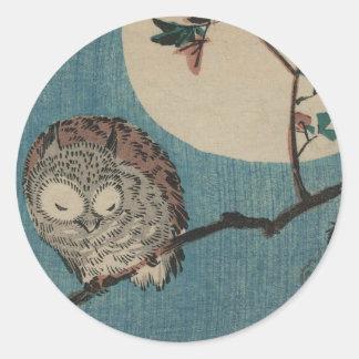 満月の下のかえでの枝の小さい角状フクロウ ラウンドシール