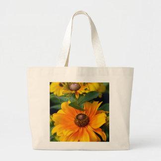 満開の黄色いルドベキアの花 ラージトートバッグ