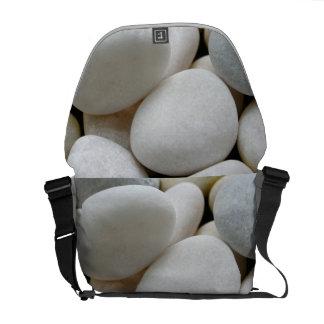 滑らかで白い円形の禅の小石の石造りの写真のバッグ メッセンジャーバッグ