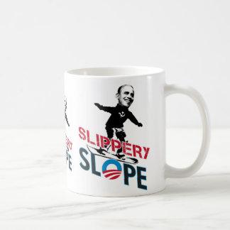 滑り易い斜面のTシャツ、滑り易い斜面のTシャツ コーヒーマグカップ