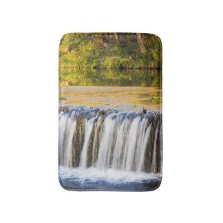 滝および川岸の反射 バスマット