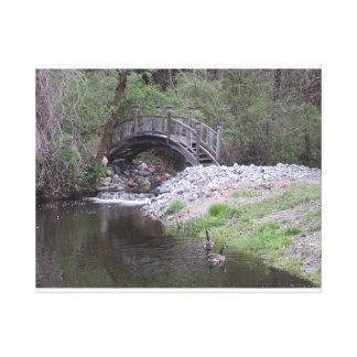 滝によるガチョウが付いている月橋 キャンバスプリント