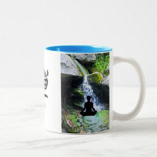 滝によるシルエットのめい想 ツートーンマグカップ