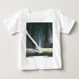 滝による柔らかい色の流木 ベビーTシャツ