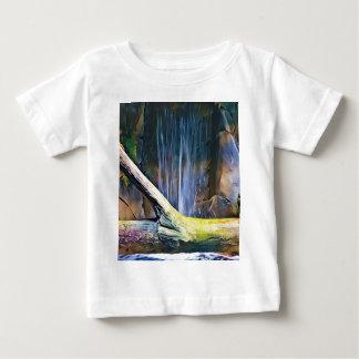 滝による鮮やかで芸術的な流木 ベビーTシャツ