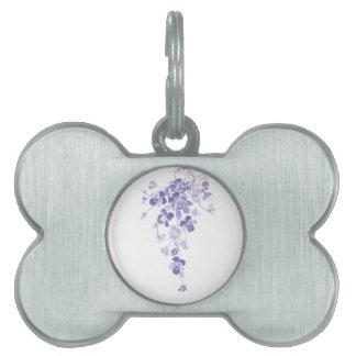 滝のように落ちるパンジーの紫色の花花束の花 ペットネームタグ