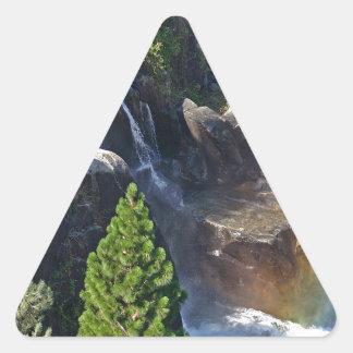 滝の流れの虹の滝 三角形シール