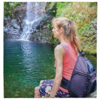 滝の近くに石に坐っているオランダの女性 ナプキンクロス
