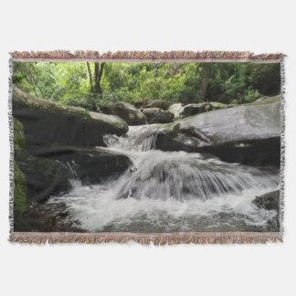 滝は素晴らしい煙山を滝のように落とします ブランケット