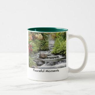 滝、平和な時 ツートーンマグカップ