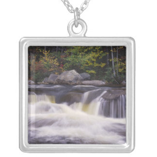 滝、白いKancamagusのハイウェー シルバープレートネックレス