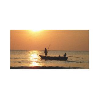 漁船および日没 キャンバスプリント