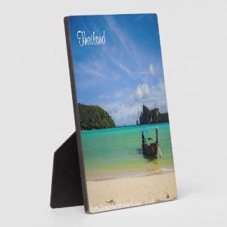 漁船が付いているタイのビーチの写真 フォトプラーク
