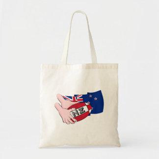 漫画のラグビーのボールのパスのニュージーランドの旗 トートバッグ