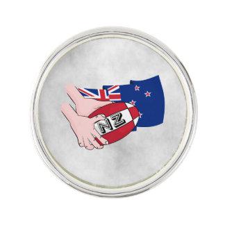 漫画のラグビーのボールのパスのニュージーランドの旗 ラペルピン