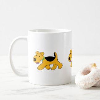 漫画の小走りに走るAiredaleテリアの小犬のマグ コーヒーマグカップ
