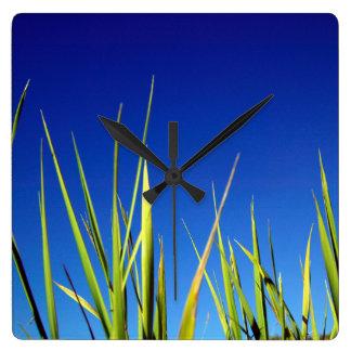 澄んで青い夏の空に対する葉 スクエア壁時計