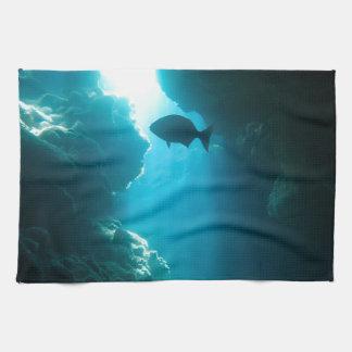 澄んで青い洞窟および魚 キッチンタオル