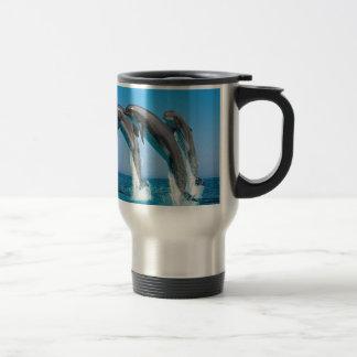 澄んで青い海のバンドウイルカの素早く書き留めること トラベルマグ