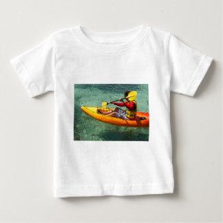 澄んな水で漕いでいるKayaker ベビーTシャツ