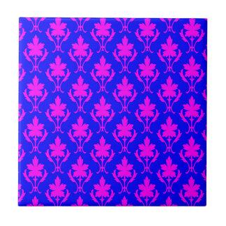 濃紺およびピンクの華美な壁紙パターン タイル