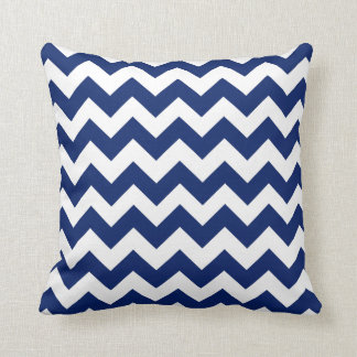 濃紺および白のシェブロンのジグザグ形の枕 クッション
