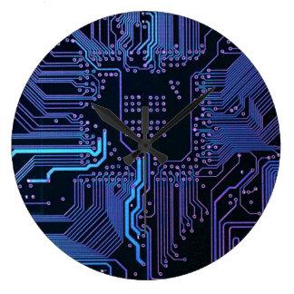 濃紺および紫色クールなコンピュータサーキットボード クロック