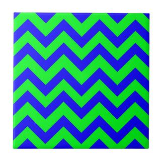 濃紺および薄緑のシェブロン タイル
