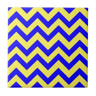 濃紺および黄色いシェブロン タイル
