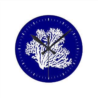 濃紺そして白い沿岸装飾の珊瑚 ラウンド壁時計