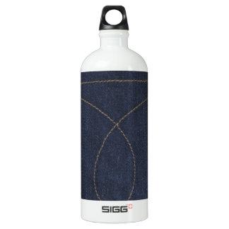 濃紺のデニムのポケット ウォーターボトル