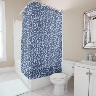 濃紺の円の落書きパターン シャワーカーテン