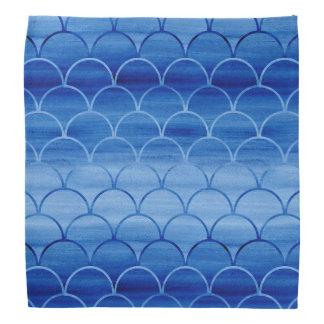 濃紺の水彩画のスケールパターンへのライト バンダナ