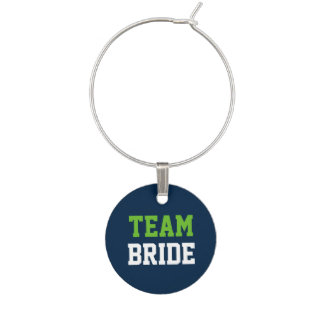 濃紺の結婚式の行為の緑のチーム白人の花嫁 ワインチャーム