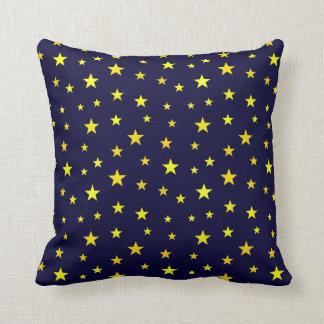 濃紺の背景の星が付いている装飾用クッション クッション
