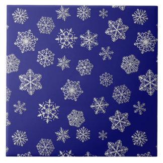 濃紺の背景の銀製の雪片 タイル