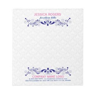 濃紺の花柄の渦巻のレースが付いている白いダマスク織 ノートパッド
