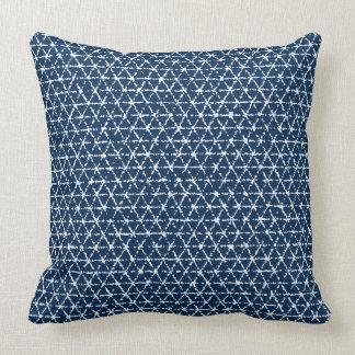 濃紺のShiboriの幾何学的な平面充填 クッション