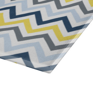 濃紺、淡いブルー、黄色、および灰色のシェブロン カッティングボード