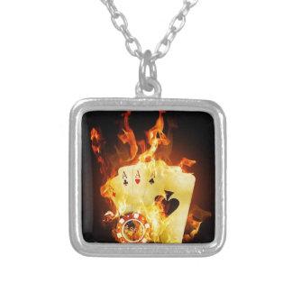 火のポーカー用のチップカード シルバープレートネックレス