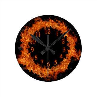 火の時計Fireyは柱時計を炎にあてます ラウンド壁時計