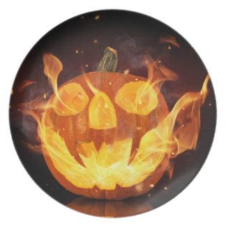 火の炎が付いているハロウィンのカボチャ プレート