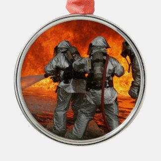 火を戦っている消防士 メタルオーナメント