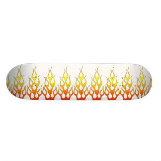 火パターンの赤いおよびオレンジ炎 スケボー